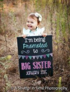 Przykład kartki pocztowej, w której starsza siostra zapowiada narodziny swojej siostry. W centrum zainteresowania jest oczywiście Starsza Siostra.